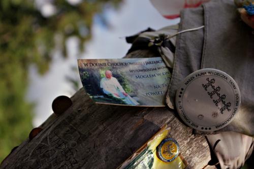 Uzupełnienie do zdjęcia: https://www.fotosik.pl/zdjecie/c5186a422d78cba3 (widać, że zostawiano tu różne rzeczy- odznaki, znaczki, kartki, obrazki... co kto miał)