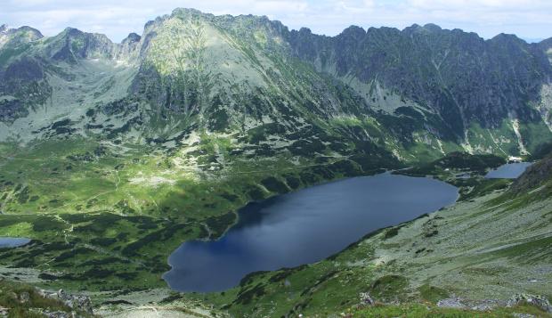 Widok na Dolinę Pięciu Stawów Polskich, z lewej strony fragment Czarnego Stawu Polskiego