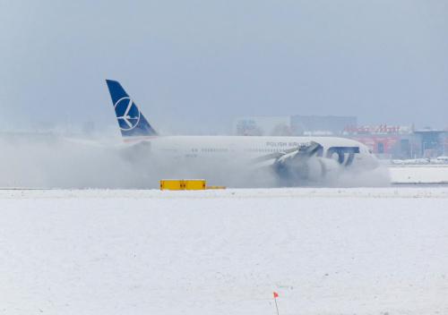 Odkurzanie pasa - czyli pierwszy większy śnieg w tym sezonie na lotnisku.