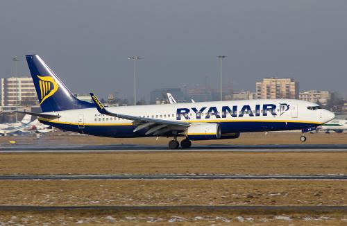 Przyziemienie Boeinga Ryanaira. Śnieg na lotnisku już do końca się stopił, pomimo, że za płotem wciąż zimowe krajobrazy :)