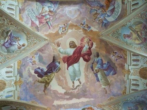 Kościół nazywa się Wniebowzięcia Marii Panny (może się trochę mylę), a opiekują się nim oo Franciszkanie w Wieluniu (dobrze, troskliwie) - prezbiteruim