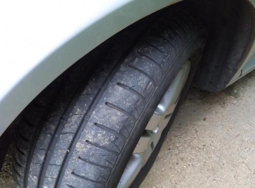 Pęknięcie na bieżniku opony, czy da się jezdzić