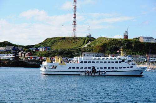 Takimi lodziami nas dowozono na wyspe ze statku i potem trzeba tez doplynac do statku na umowiona godzine..frajda i uatrakcyjnienie dla ludzi ktorzy nie maja problemow z zadarciem nogi na wysoki wystepek z rufy statku:)) #helgoland #morza #morze