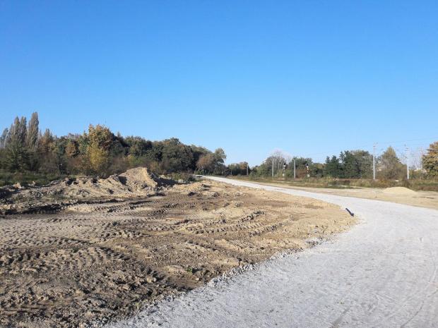 Jeszcze raz cmentarz widziany z drogi po kolejnych 200 m