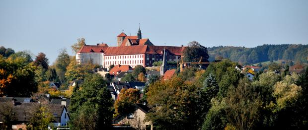 Zamek w Bad Iburg/Niedersachsen/ widziany z daleka od strony Glane.Bad Iburg to niewielkie miasto uzdrowiskowe oddalone ode mnie 6km.