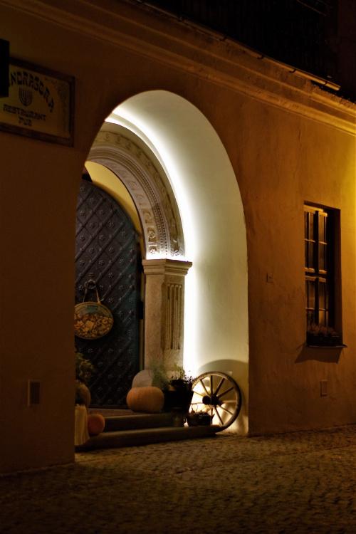 zrekonstruowany renesansowy portal kamienicy pod lwami