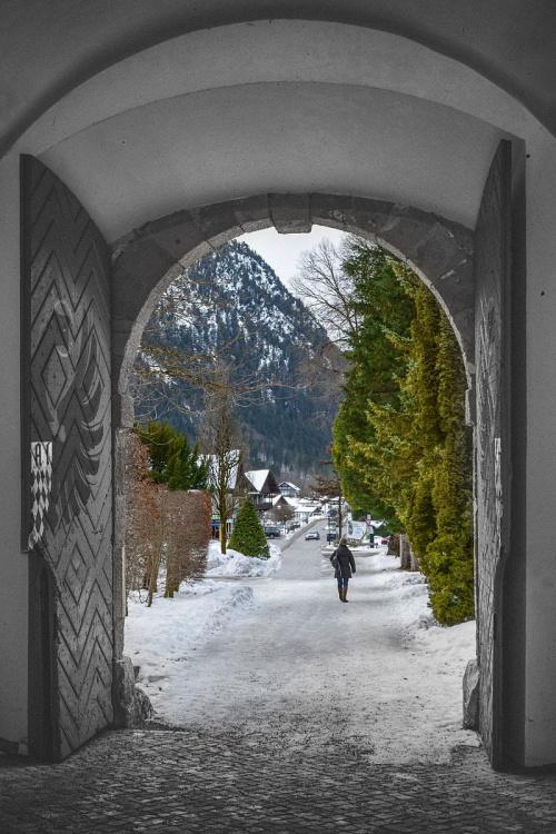 Jedna z bram na terenie klasztoru w ETTAL