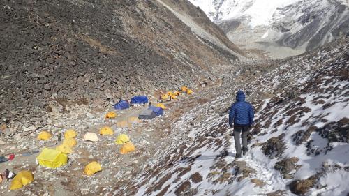 Baza pod Island Peak. Popołudniowy spacerek, po rozstawieniu namiotu. Przy okazji znaleźliśmy źródełko, z którego można wziąć wodę do picia i zrobienia posiłków. Wszyscy inni z niego też korzystali.