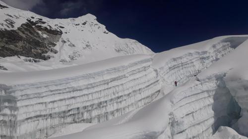 Wierzchołek Island Peak na tle nieba i ogromne szczeliny, na szczęście nie wymagające przechodzenia po drabinach.