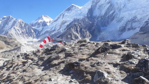 Tak też można dotrzeć do Everest BC. Chyba, że ewakuują kogoś z chorobą wysokościową, co nie jest tam rzadkością.