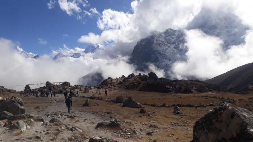 Szlak na wysokości 4840m. W drodze do Dingboche. Chmury tylko dodawały uroku widokom. Wokół mnóstwo małych i dużych kopczyków, czortenów upamiętniających ofiary Himalajów.