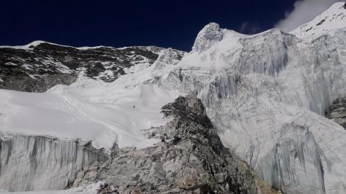 Początek lodowca pod Island Peak. Tu na wysokości 5840m o godzinie 3.30 zakładaliśmy raki. Wymagało to trochę więcej wysiłku niż zwykle. Szczyt w prawym, górnym rogu.
